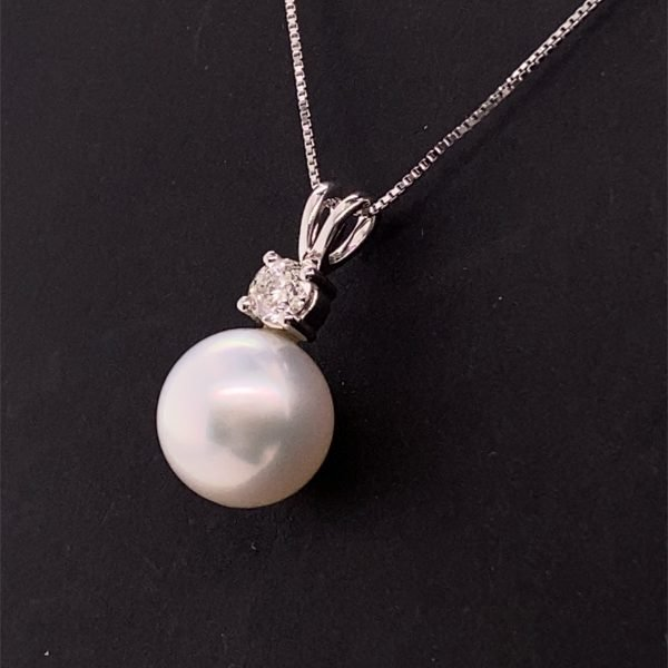 Pearl and diamond pendant and chain